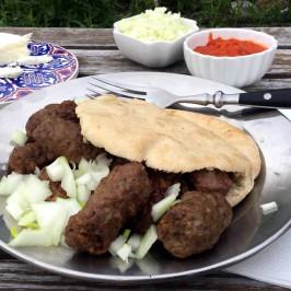 Ćevapi: Bosniske småkebaber fra grillen