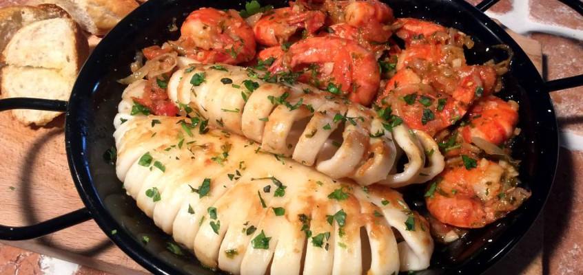 Calamari e gamberi grigliati: Sardinske kalmarer i kongerekesaus