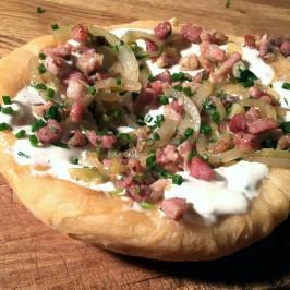 Langosj: Ungarske friterte lunsjbrød med bacon