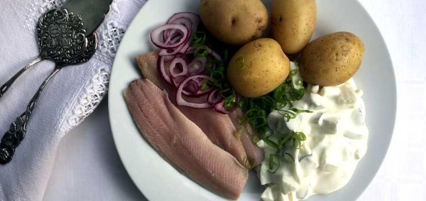 Matjes mit Hausfrauensoße: Spekesild med husmorsaus