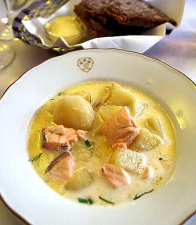 Lohikeitto servert på restaurant i Helsinki