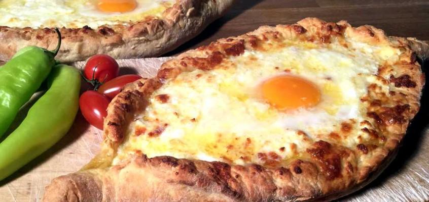 Chatsjapuri fra Adsjaria: Fylte georgiske ostebrød med egg