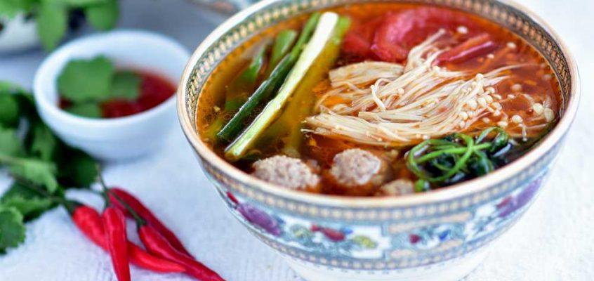 Canh nấm kim châm: Vietnamesisk vintersoppsuppe